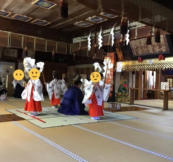 コロナ禍の為拝殿での神楽の奉納 大宝保育園の園児達が舞う