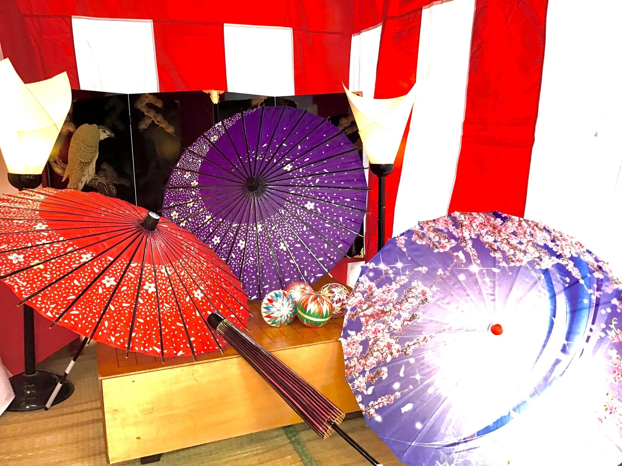 碁盤の儀と写真撮影用の和傘と鞠