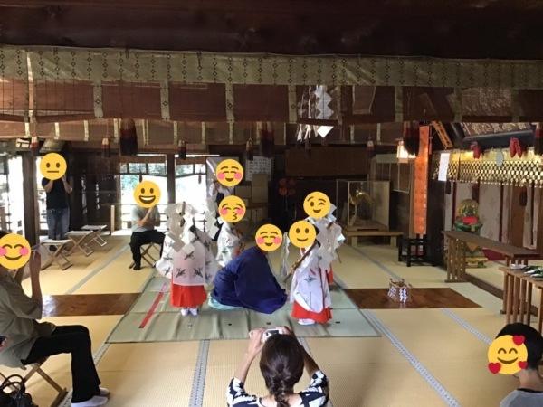 稚児さんの神楽奉納 十二座神楽の五行の舞