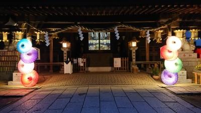 大宝八幡宮の拝殿前 左右に和傘 ライトアップ中