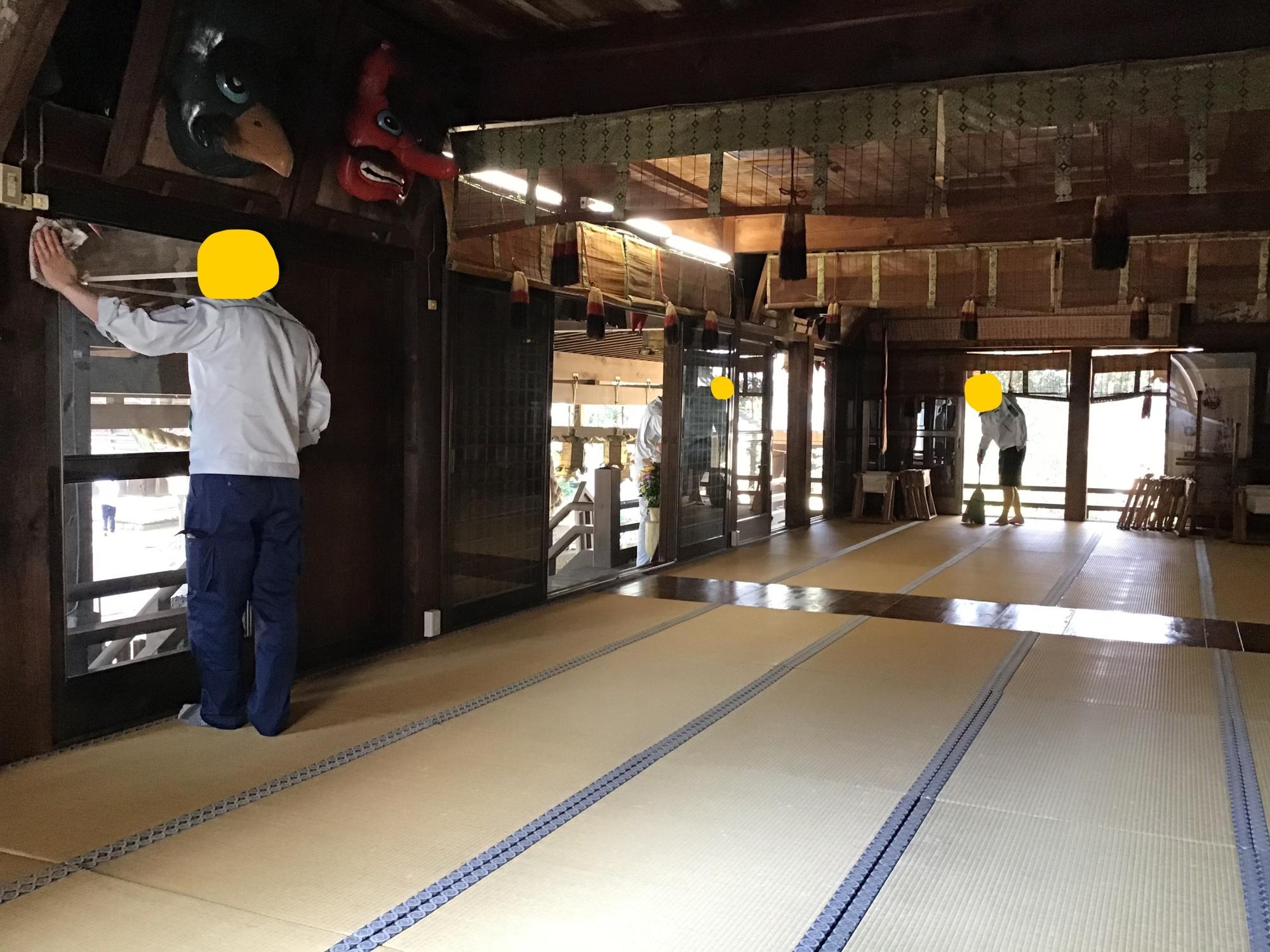 企業の新人研修の境内清掃奉仕 拝殿内
