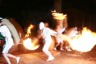 タバンカ祭の様子 松明を振り回して参拝者を追いかけることも